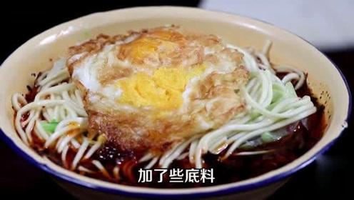 重庆特色面馆,一碗6元,顾客端碗在围墙、凳子上直接吃!很火爆