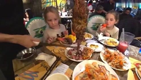 老外在中国吃自助烧烤,大叔一家人的战斗力惊人,中国美食太好吃了!