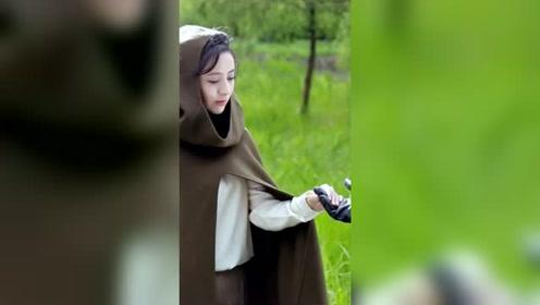 佟丽娅哭戏拍摄中,气质女神演技炸裂,仅5秒眼泪瞬间滑落