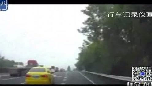 追尾事故前车全责?南京交警视频还原经过 原是想高速违停载客