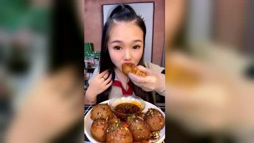 萱萱吃肚包羊脑,蘸辣椒油吃得津津有味的,网友:重口味的姑娘