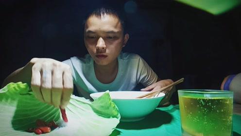 小伙泡面搭配小辣椒,吃得爽歪歪。