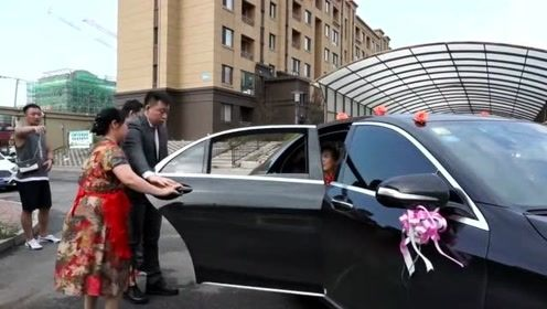 辽宁小伙娶外地一姑娘,新娘长得漂亮又可爱,婆婆赶紧上前迎接!