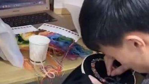 別人家的班長!男班長為全班34個女生手工繡圍巾