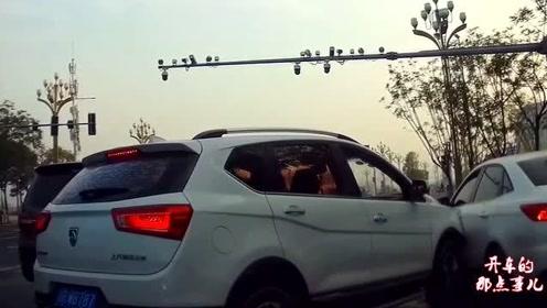 宝骏司机强行加塞,视频车还没怎样,白车师傅不乐意了:干就完了