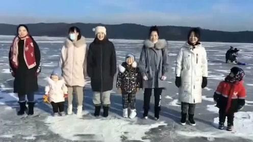 冬天带着亲朋好友出来运动,最后一位小朋友太