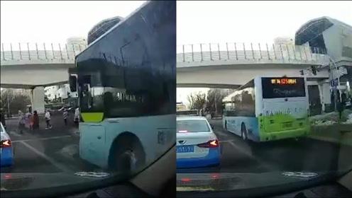 长春:公交车占右转车道,直行冲过人行道不减速,路人吓得小跑通过