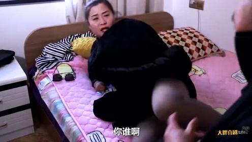 搞笑剧:美女刚到家就躺床上睡着了,不想门没