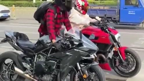 小哥把30万的摩托车,活脱脱骑成了300块的二八大杠,就服你!