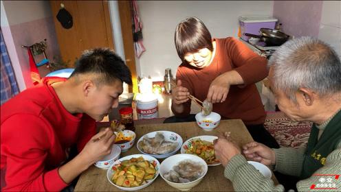 山西人最爱吃的美食,粉面水晶大饺搭配上秘制素馅,味道美极了
