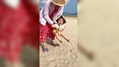 怕沙的*a*y合集来了,沝子依旧是被外婆拎着的