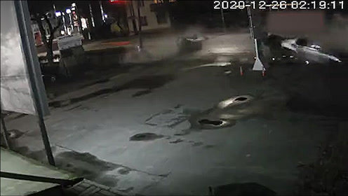 宝马车超速撞上电线杆,整车当场撞成两半,监控记录全过程