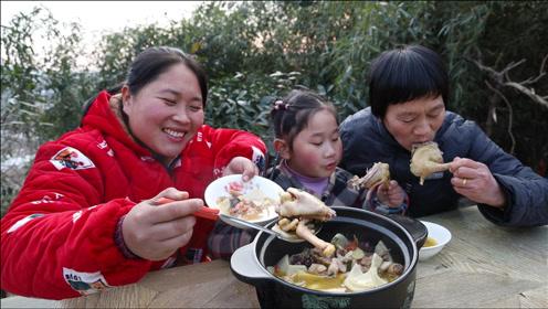 胖妹6个椰子炖只鸡,祖孙三人围一桌,老妈连喝3碗汤,解馋了