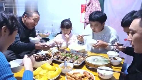 大姑姐来家,看我们做什么好吃的,满满一桌硬菜,一家人好开心呀