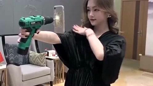 在公司看到美女正在拍视频,没想到她竟然用电钻来拍,消费真的是高!