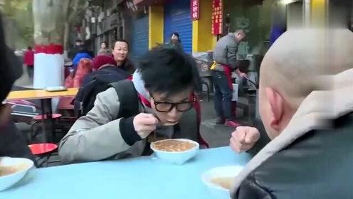 薛之谦路边吃饭,问旁边的大爷:你知道我是谁