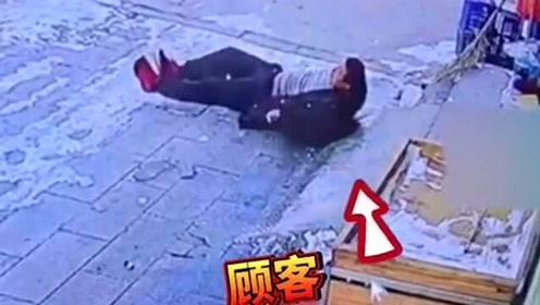 顾客门前摔倒,老板为了防滑去铺纸壳结果自己也摔了,危险来的措不及防!