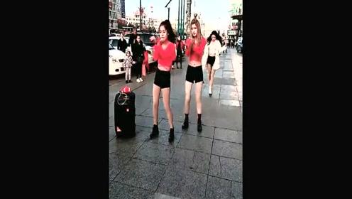 街拍时尚美女活力舞动