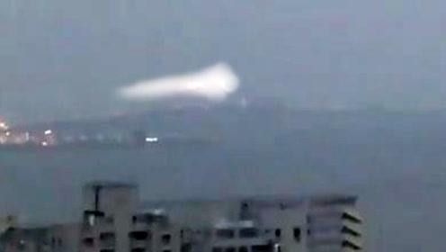 澳门网友手机拍下拖着尾翼的不明飞行物的图片