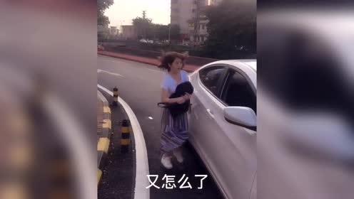 爆笑视频:当看到小孩出现时,忍不住笑笑了!