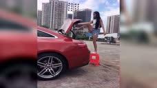 姑娘拿着塑料凳子来到车位尾,镜头恰似拍到不