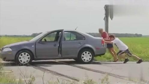 国外恶搞:美女的车坏在铁路上
