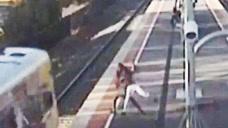19岁男孩把女友扔下行驶中的火车 该案正在法院