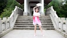 漂亮妹子长的像个小萝莉,跳起舞来太可爱了