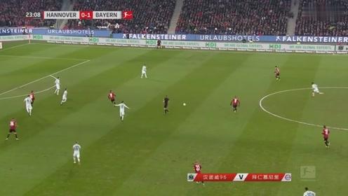 汉诺威VS拜仁慕尼黑:汉诺威成功抢球,速度稍慢球被抢走
