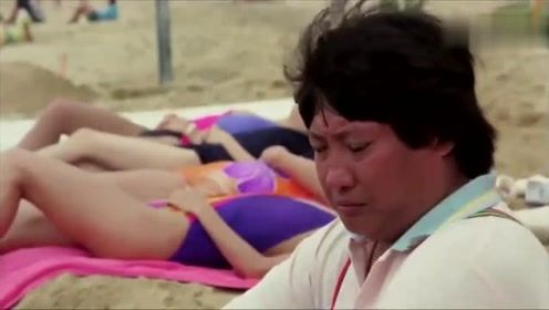 为了占美女的便宜,他们在沙滩上挖了一条地道!