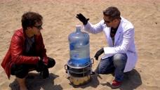 为什么说渴死不喝海水?老外将海水蒸馏干净,看看里面都是什么!