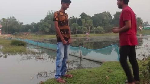 国外搞笑视频合集,拍照不配合直接被拍到河里