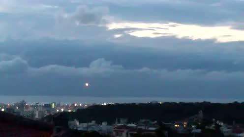 现居冲绳的雷尔人Lotus成功拍到UFO盘旋首里城上空