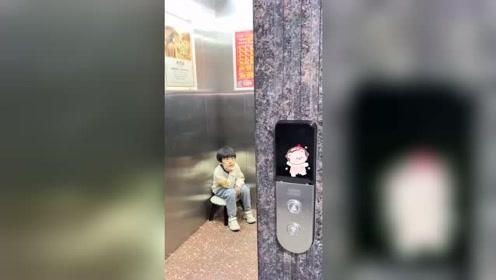 自从电梯上广告牌后,弟弟也不看动漫了,每天