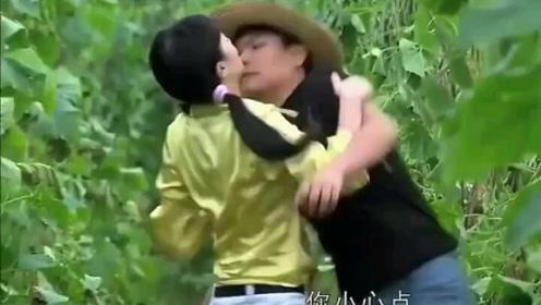 美女和心上人接吻,不料小伙的举动,让美女发现他是第一次