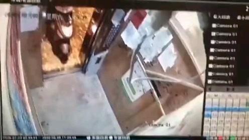 女子乘坐电梯时,电动车出现意外了
