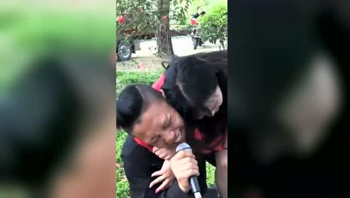 流浪歌手深情献唱,一开嗓小姐姐都给听哭了,果然是高手在民间