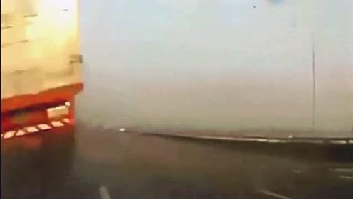 货车司机开车睡着了,瞬间把轿车挤成了铁渣,视频车司机神反应!