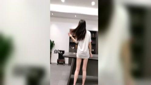 男下属的衣服被美女老板穿上了,接下来老板的一番话搞笑了