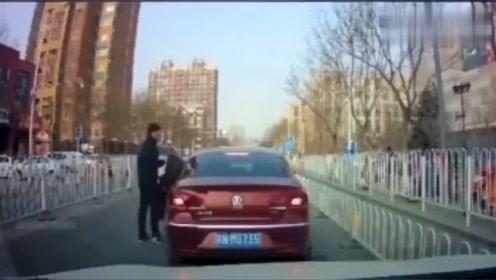 """实拍:开了十几年车,头一次见女司机的""""神操作""""!"""