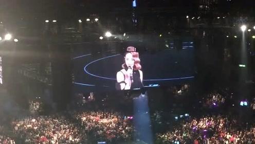 蔡依林演唱会,歌迷点了一首周杰伦的歌,心里虽然不高兴,还是唱完给歌迷听