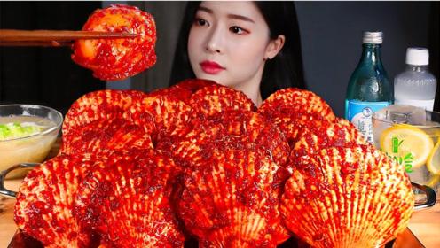 解压美食二倍速:小姐姐吃海鲜大扇贝,蘸着满满的麻辣酱汁,超美味