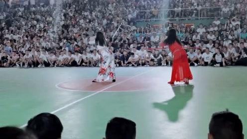 """贵州村级""""N*A""""请肚皮舞演员当啦啦队,坐背后看我就很满足了"""
