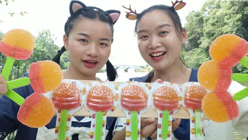 """小姐姐吃趣味""""汉堡棒棒软糖"""",金顶红底裹砂糖,甜蜜弹牙超好吃"""