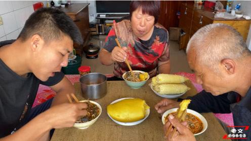 晋北农村最爱吃的美食,羊杂泡黄糕,一家人坐在热土炕吃香了!