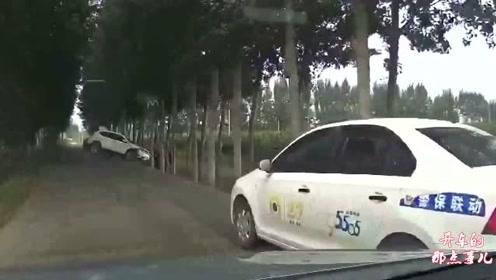 白车司机强行并线,视频车师傅丝毫不让,司机路怒症发作要搞事