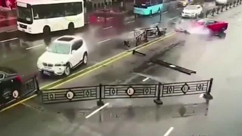 花了2万租的法拉利,女司机一秒钟就让它撞报废,彻底崩溃!