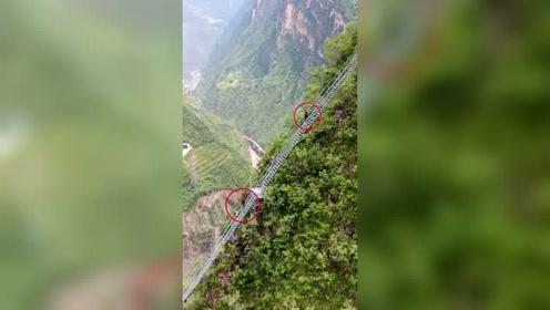 大凉山悬崖村天梯, 共有2556级钢梯,爬上去要两个多小时