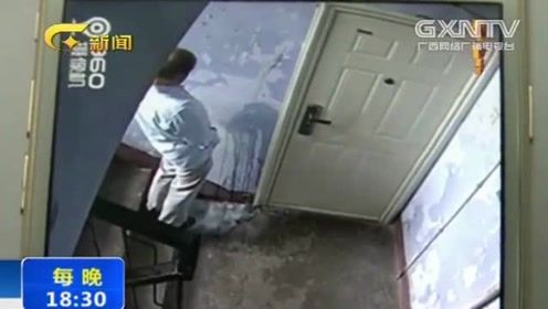 在邻居门前撒尿恶搞,还用脚猛踹大门,监控拍