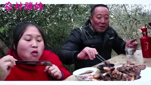 胖妹吃肉怕被**说,这次学精明拉着公公一起啃,俩人解决一个牛肉过瘾啦